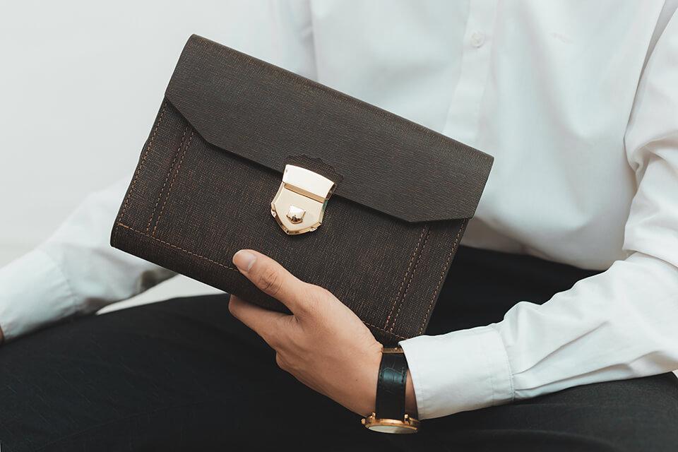 Bí quyết chọn ví da cầm tay nam phù hợp